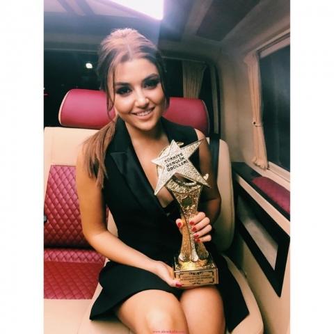 Hande-Erçel-Türkiye-Gençlik-Ödülleri-1024x1024-640x480